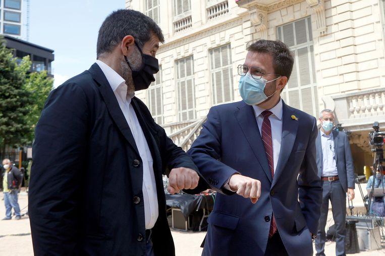 Pere Aragonès (rechts) en Jordi Sanchez bij het bekendmaken van hun regeerakkoord.  Beeld EPA