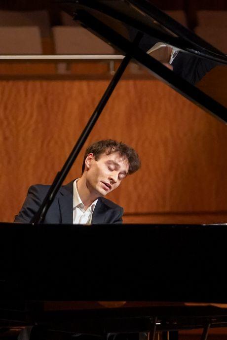 En toen viel de partituur op de handen van de spelende pianist...