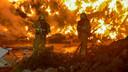 Brandweerlieden in Putten hadden de handen vol aan de brand in een enorme afvalberg.