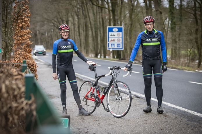 Gerard Lohuis (rechts) en Gerrit Eppink van de groep Ootmarsum van RTC Denekamp bij de grens bij Mander.