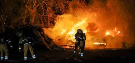 Tankautospuit, waterwagen en loader brengen brand in buitengebied Veghel onder controle