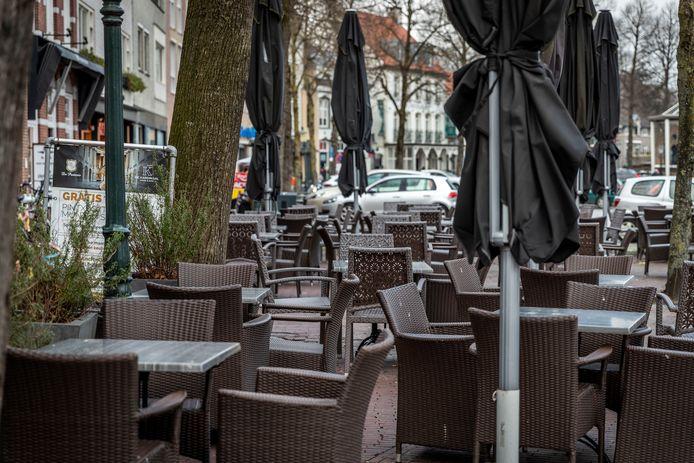Een leeg terras in Sint-Oedenrode tijdens de coronacrisis in 2020.