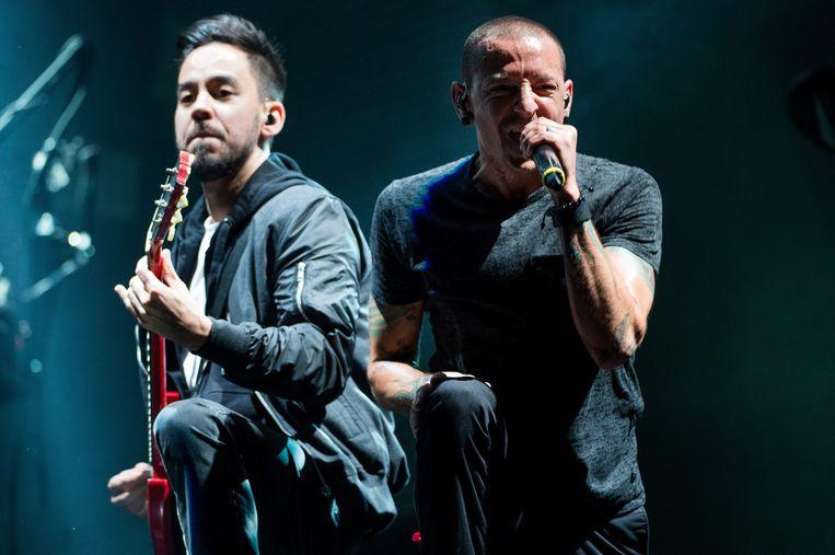 Mike Shinoda en de inmiddels overleden zanger Chester Bennington van Linkin Park.  Beeld EPA