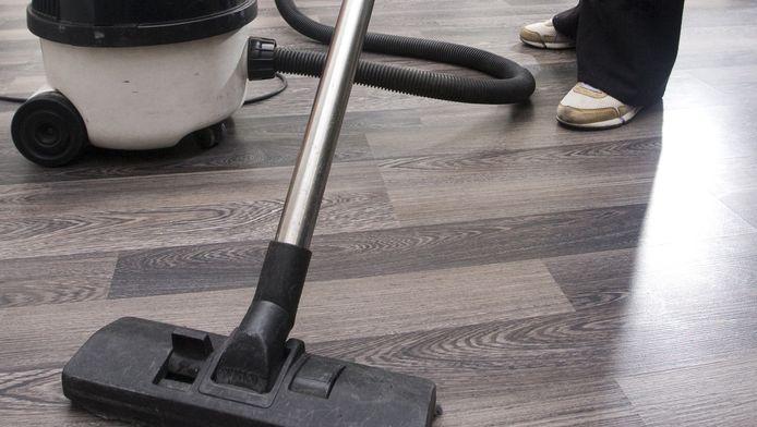 De robotstofzuiger verlaagt de werkdruk bij huishoudelijke hulpen van de thuiszorg. Een ouderwetse stofzuiger zorgt voor zwaar lichamelijk werk.