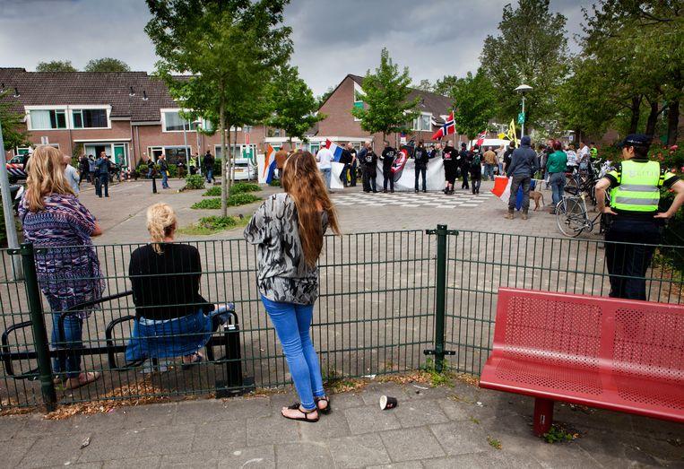 In Utrecht demonstreerde de extreem-rechtse Nederlandse Volksunie (NVU) tegen de mogelijke vestiging van een asielzoekerscentrum in het voormalige gebouw van het Pieter Baan Centrum.  Beeld Maarten Hartman
