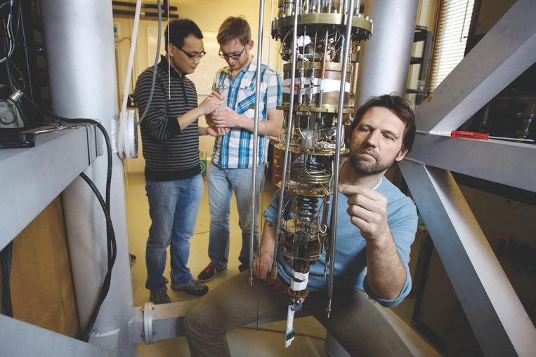 Kouwenhoven bij een majorana-opstelling op de Technische Universiteit Delft. Beeld Sam Rentmeester