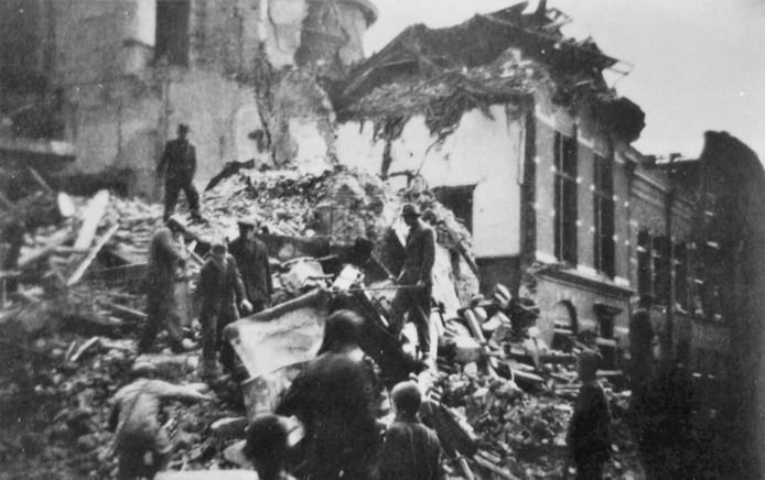 In de puinhopen van het verwoeste stadhuis van Heusden wordt gezocht naar naar overlevenden.