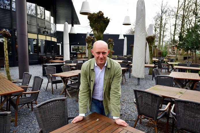 Mede-eigenaar Koen Bakker op het nog steeds gesloten terras van Het Hooihuis in Roosendaal