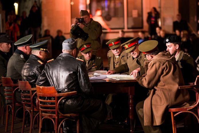 Voorafgaande aan de bevrijdingsvuurceremonie wordt met re-enactmentgroepen een scene opgevoerd waarbij de onderhandeling over de Duitse capitulatie in Hotel de Wereld in 1945 wordt nagespeeld.