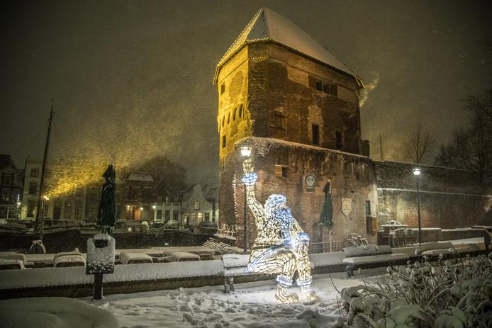 Het lichtobject de zittende kerstman bij de Wijndragerstoren in Zwolle op 11 december 2017.