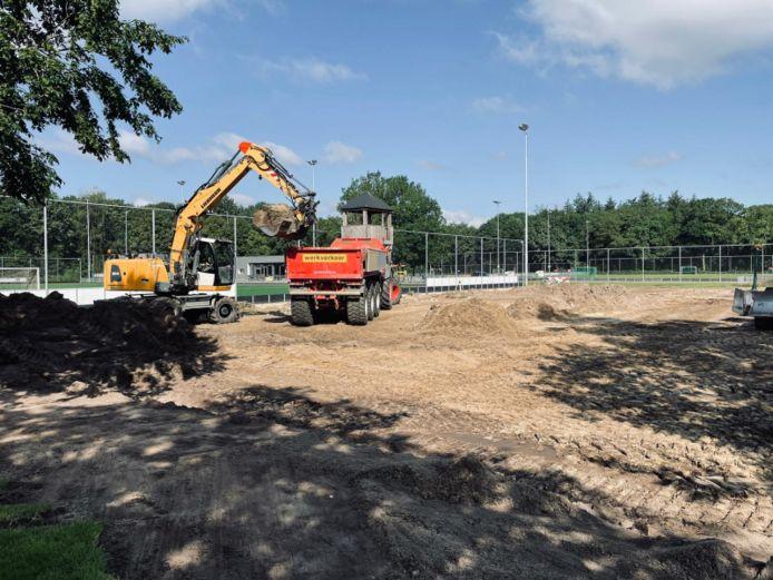 De voorbereidingen voor de aanleg van het nieuwe veld zijn in volle gang.