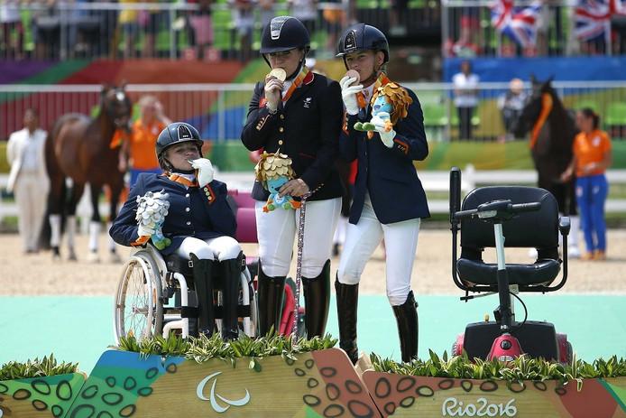 Amazone Demi Vermeulen (links) uit Zevenaar kust haar zilveren medaille op de Paralympische Spelen 2016.