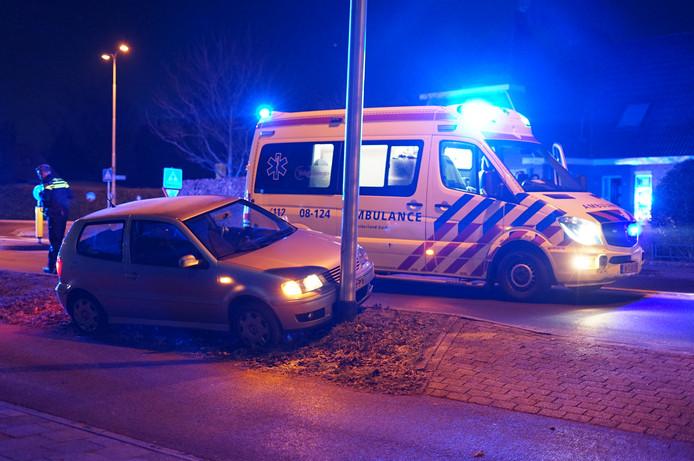 De beschadigde auto op de Rijksweg bij Malden.