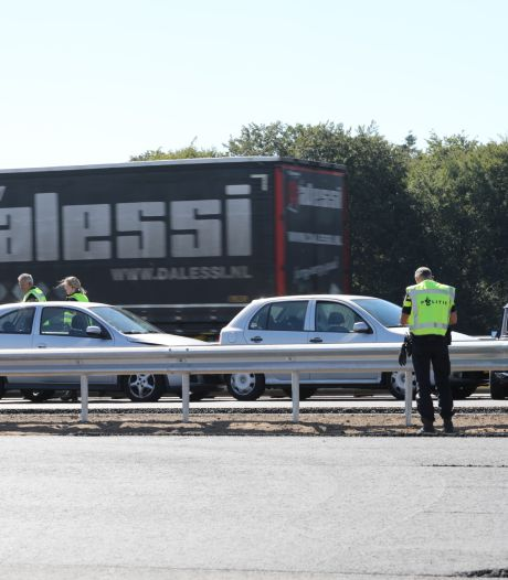 Drie auto's tegen elkaar op A1 bij Deventer, vertraging op snelweg