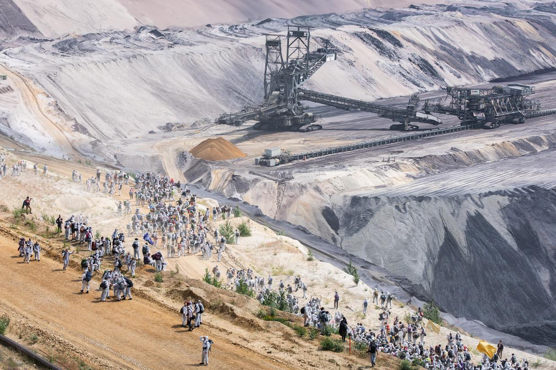 Activisten klommen afgelopen weekend in de Garzweilermijn in Noordrijn-Westfalen. Ze protesteren tegen koolmijnen en eisen actie tegen klimaatverandering. Beeld DPA