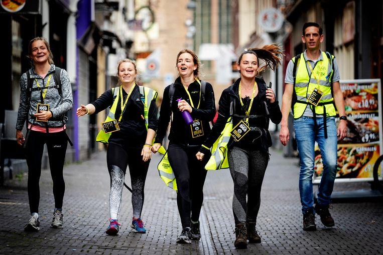 Deelnemers arriveren op de Grote Markt in Den Haag. Beeld ANP