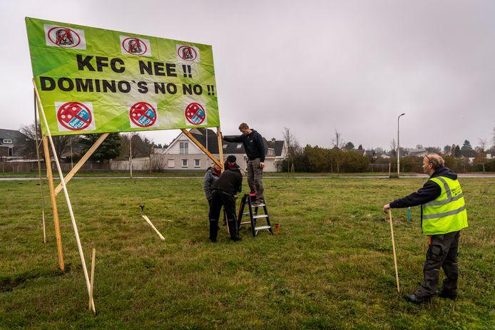 Tegenstanders van de bouw van twee nieuwe fastfoodrestaurants bij de Heistraat verzetten zich al maanden tegen het plan, onder meer met protestborden.