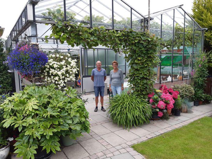 Maartje en Sjaak Nowee in de tuin.