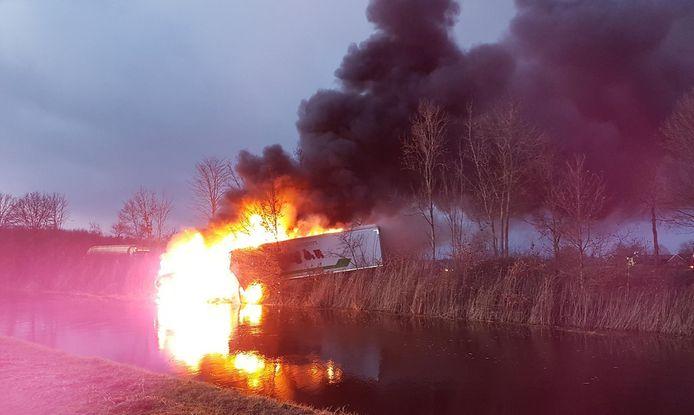 De vrachtwagen stond in brand op de N377 bij Dedemsvaart.
