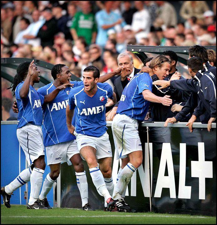 19 september 2004: David di Tommaso (midden) viert in de Kuip een goal van Alje Schut (rechts). Darl Douglas (uiterst links) en Edson Braafheid vieren mee.