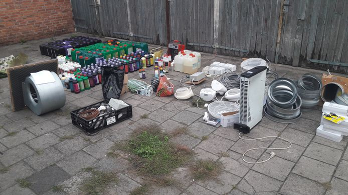 De inhoud van een garagebox aan de Goossenmaatsweg, die door de politie wordt onderzocht.