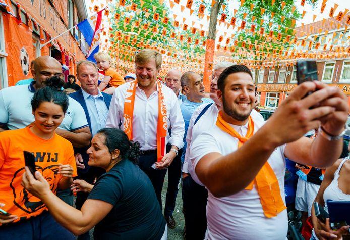 Koning Willem Alexander brengt een bezoek aan de Marktweg, die de prijs won als Mooiste Oranjestraat van Nederland.