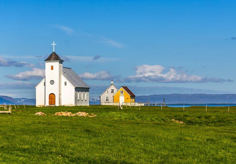 Naast het witte kerkje staat een geel charmant bibliotheekje, de oudste van IJsland.