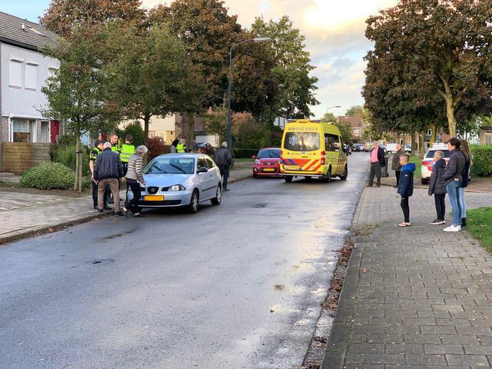 De ambulance rijdt weg van de plaats van het ongeval.
