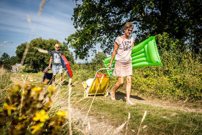 Harry en Jolande uit Brabant onderweg naar een middagje in de zon op het Waalstrandje bij Slijk-Ewijk