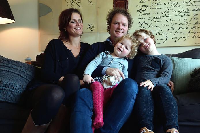 Bredase Dirkje thuis met moeder Patty Wijnen, vader Antoine van Groesen en broer Teun.