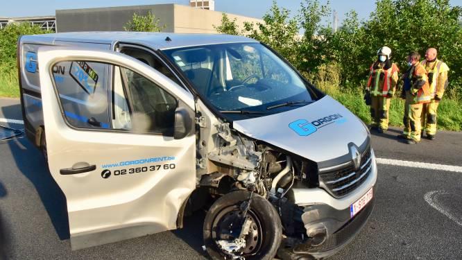 Bijna twee uur aanschuiven op E17 tussen Kruishoutem en Deerlijk na ongeval met bestelwagen
