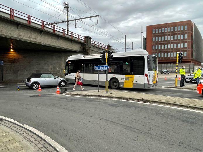Het ongeval gebeurde aan de Boeveriepoort in Brugge.