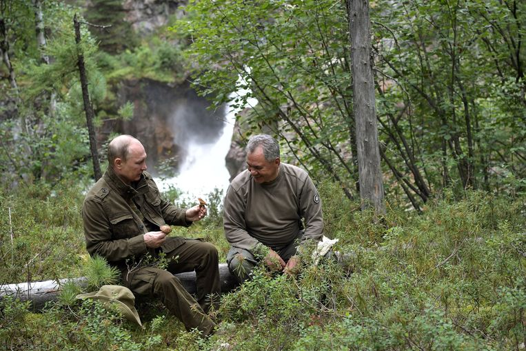 epa06125619 Russian President Vladimir Putin (L) and Russian Defense Minister Sergei Shoigu (R) during a walking trip in the mountains of  the Tyva Republic in the southern Siberia, Russia, during Putin's vacation on 01-03 August 2017, (issued 05 August 2017).  EPA/ALEXEI NIKOLSKY / SPUTNIK  / KREMLIN POOL MANDATORY CREDIT Beeld EPA