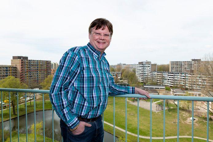 Portret van Leo Dubbelaar van het Cuypersgenootschap met op de achtergrond het uitzicht vanaf het balkon van zijn flat aan het Alferbos in Meerzicht.