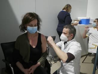 """Ook in Aarschot en Diest werden de eerste honderd spuitjes gezet: """"Toch een beetje vreemd dat ik nu een vaccin krijg voor een virus waaraan ik papa verloor"""""""