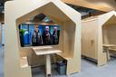 Bezoekers bekijken de houten huisjes tijdens de officiële opening van de nieuwebouw van het Koning Willem I College.