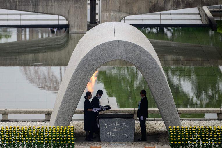 De burgemeester van Hiroshima tijdens de herdenking van de slachtoffers van de kernbom op Hiroshima. Beeld AFP