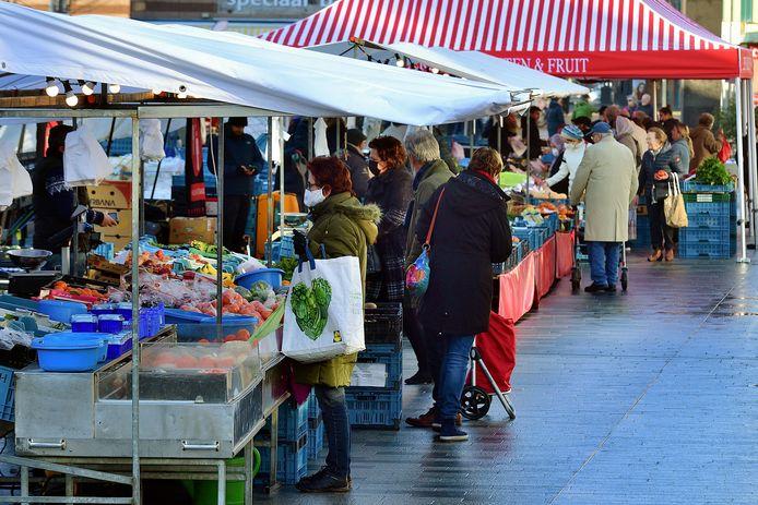 De weekmarkt in Roosendaal is op maandag 25 januari niet heel druk.