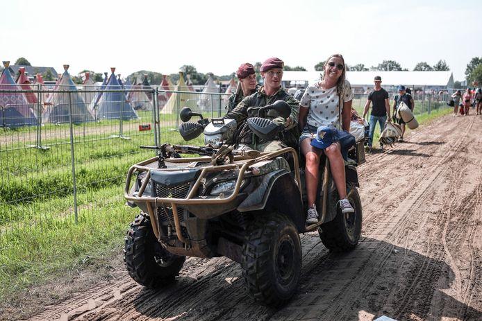 Enkele bezoekers hadden het geluk naar hun plek gereden te worden in de quads van de militairen.