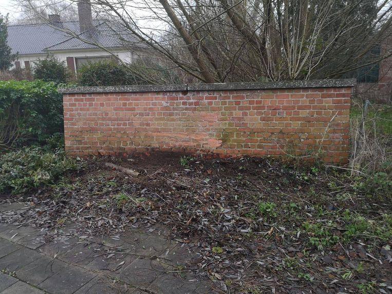 De aanrijder botste tegen een geparkeerde wagen, een verkeersbord en deze muur.