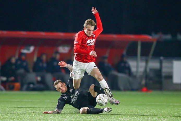 Thijs Oosting vorige week in actie voor Jong AZ, duellerend met  Thibaut Lesquoy (liggend) van Almere City.