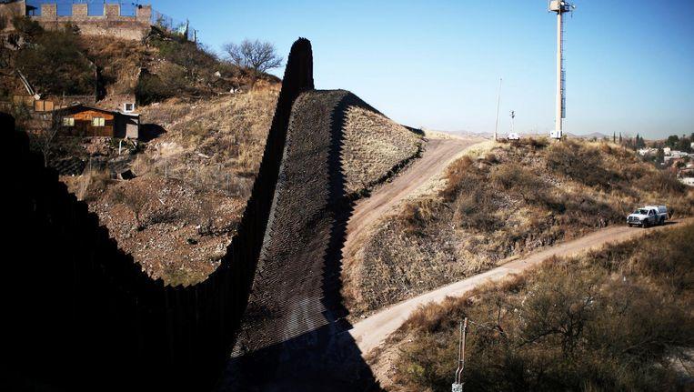 Muur aan de grens met Mexico in Nogales in Arizona. Beeld Reuters