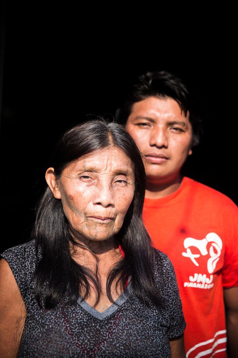 Katiká met haar jongste zoon André, die stamhoofd is: 'Iedereen moet nu kinderen krijgen. Anders sterven we uit.'   Beeld Marlena Waldthausen