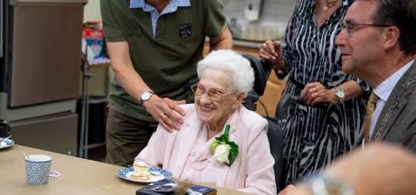 100-jarige Dinie uit Borne neemt gas terug, maar geniet volop van haar verjaardagsfeest