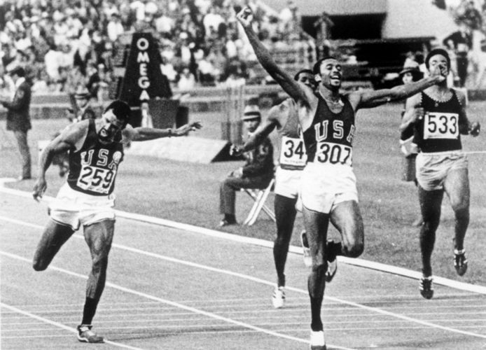 Tommie Smith wint goud in Mexico.
