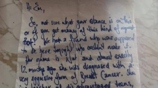 Stand-upcomedian krijgt briefje over borstkanker dat haar en hele zaal doet huilen