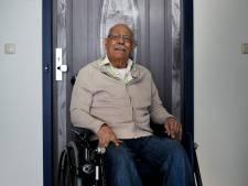 Demente ouderen gelukkig van sticker oude voordeur