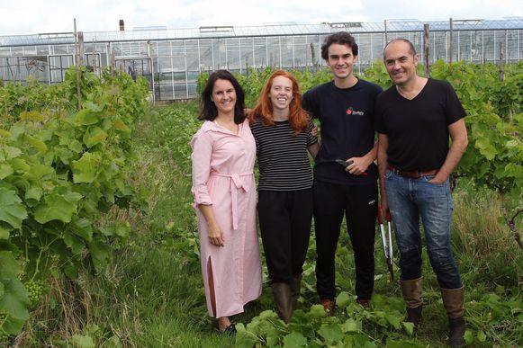 De kinderen van Charis Kamoen (links) helpen mee in de wijngaard.