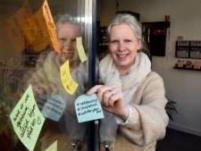 Dit is waarom er opeens post-it briefjes op winkelruiten in Woerden verschijnen