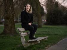 Zingen helpt Nijverdalse Zoë (22) tegen haar dwangstoornis: 'Muziek werkt voor mij als therapie'